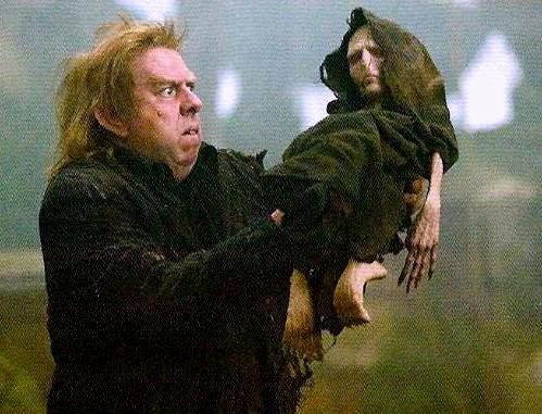 Peter_Pettigrew_holding_Voldemort's_rudimentary_body